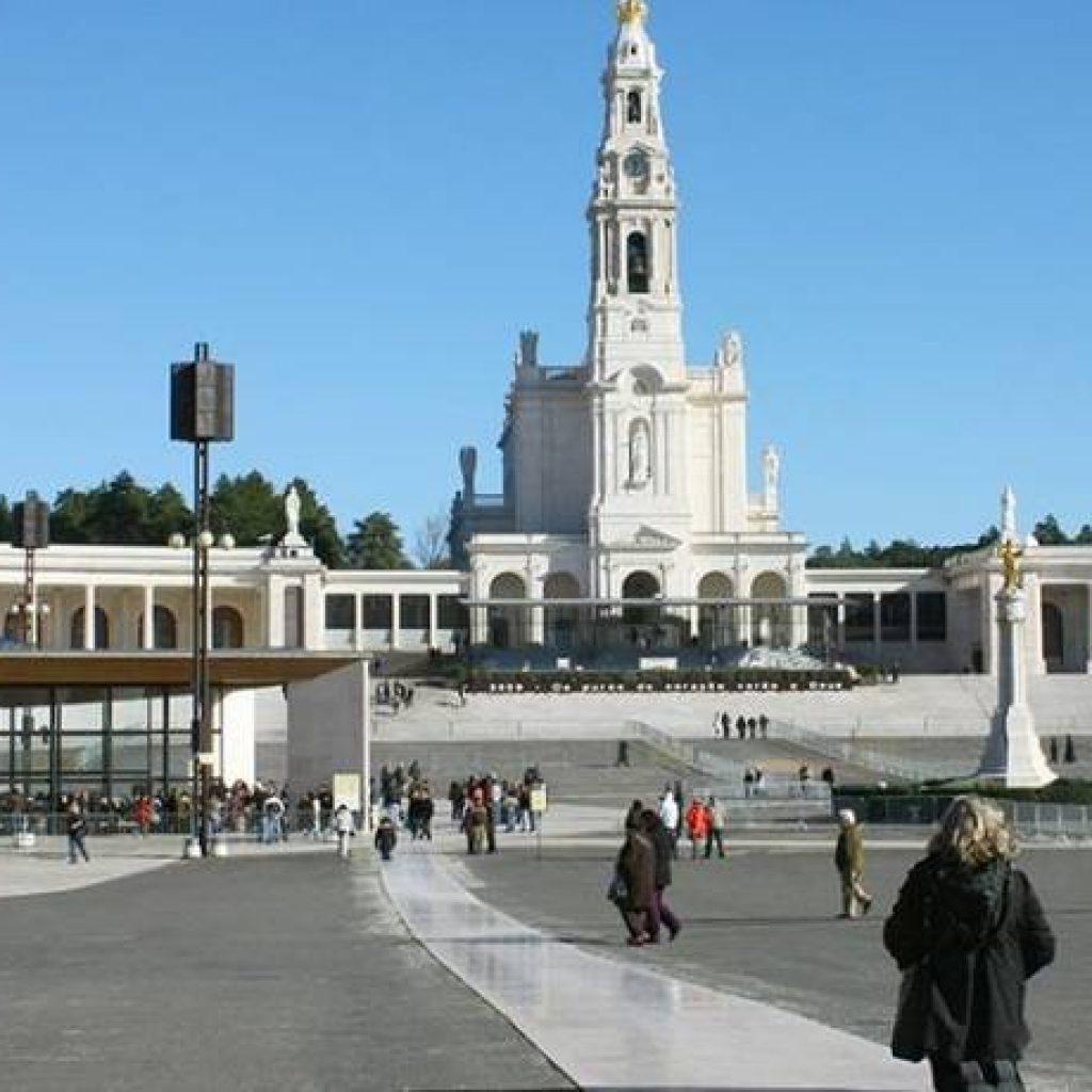 Kirche in Portugal mit großem Platz