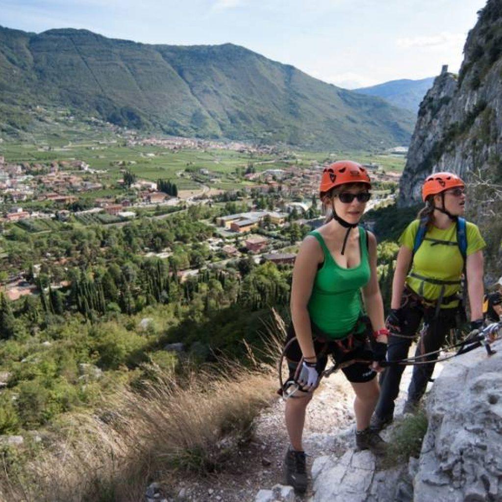 Zwei Klettererinnen am Fuß eines Felsens
