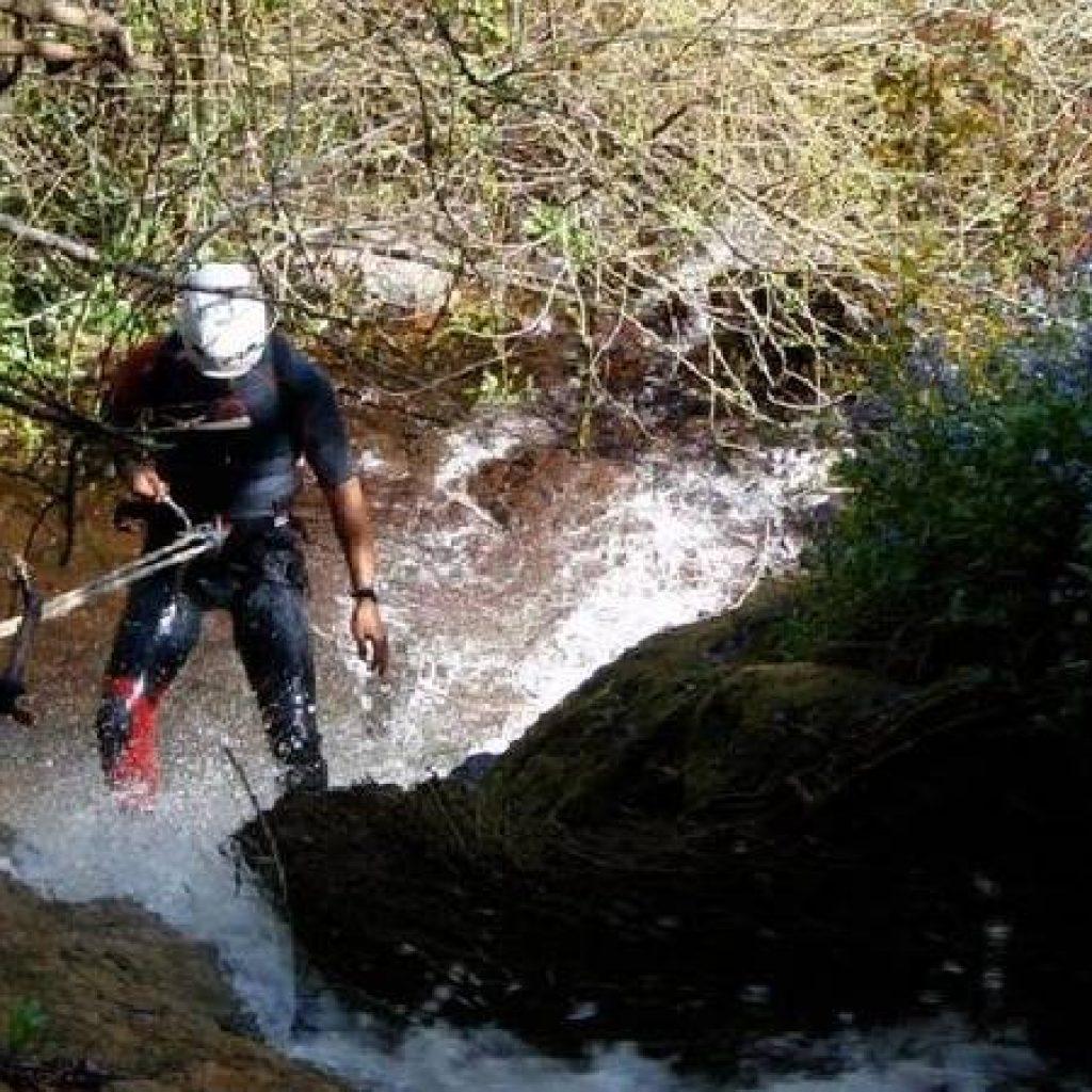 Ein Mann beim Abseilen im Canyon