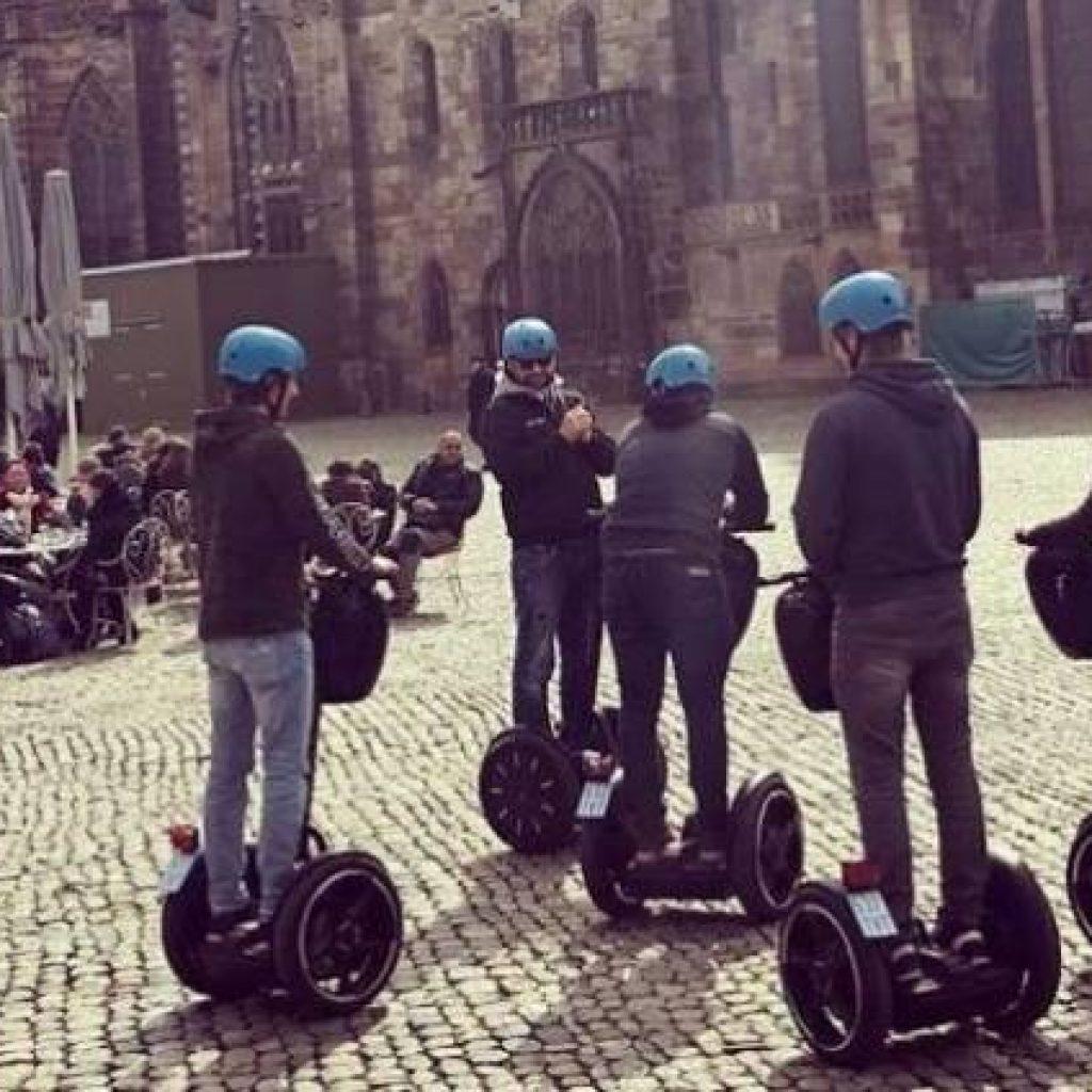 Segwayfahrer vor dem Freiburger Münster