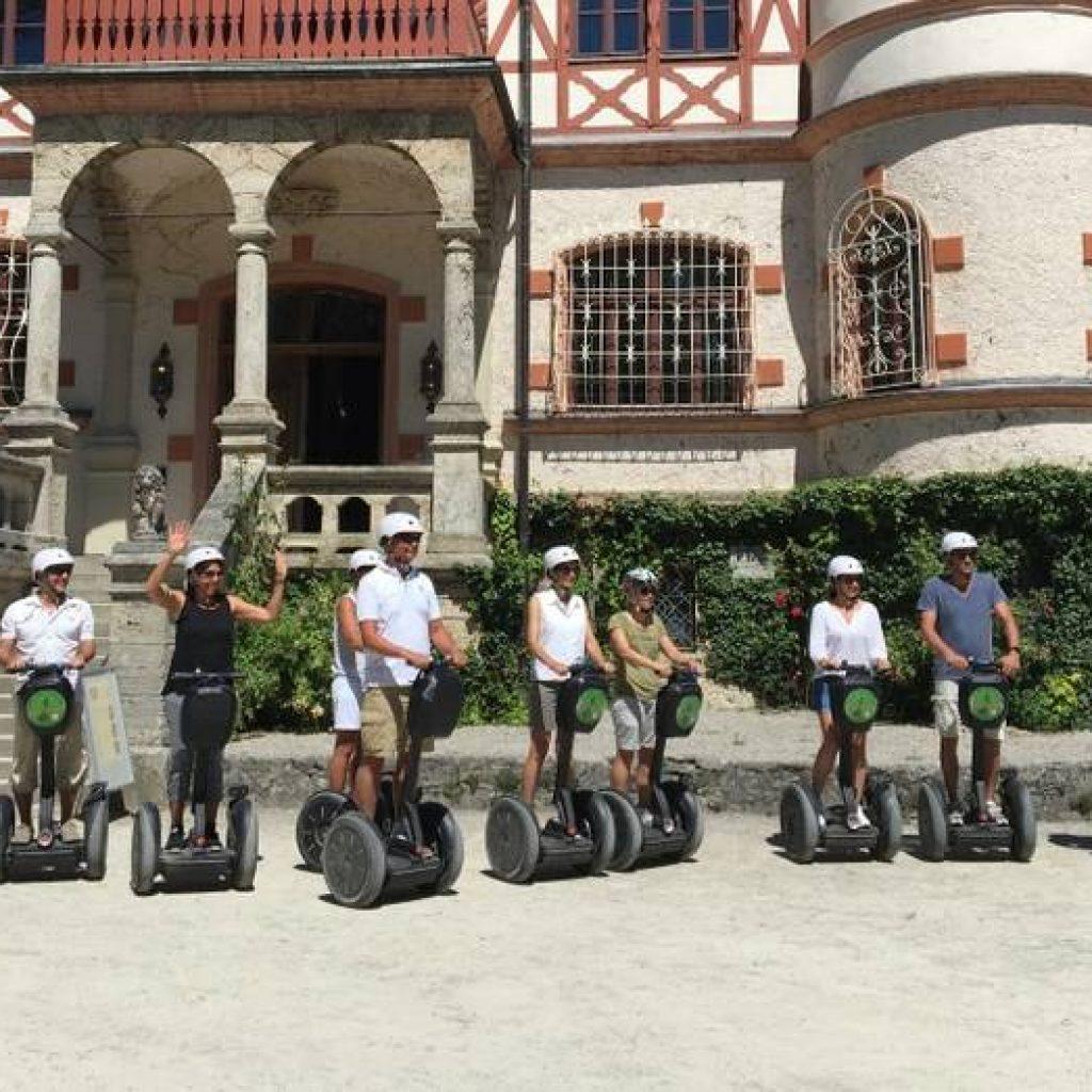 Segwayfahrer vor historistischem Fachwerkgebäude