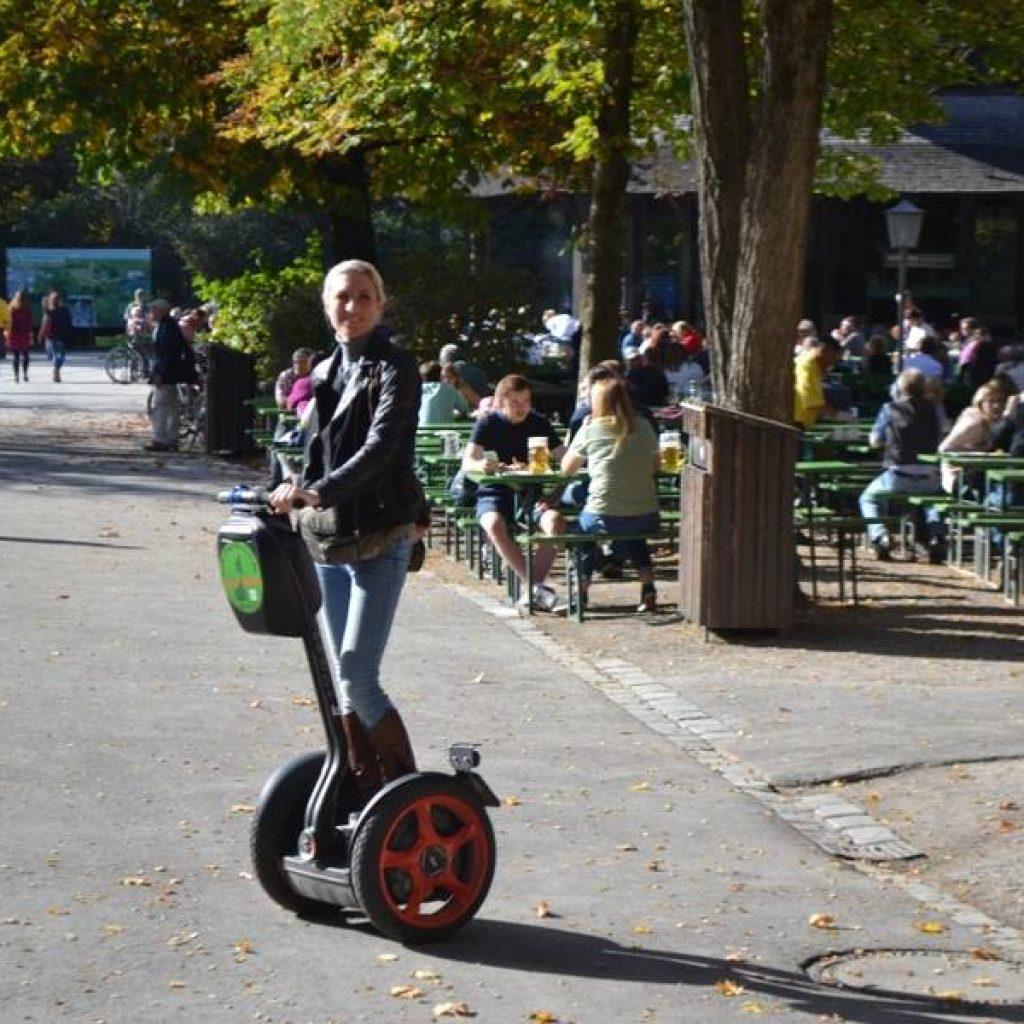 Segwayfahrerin vor Biergarten