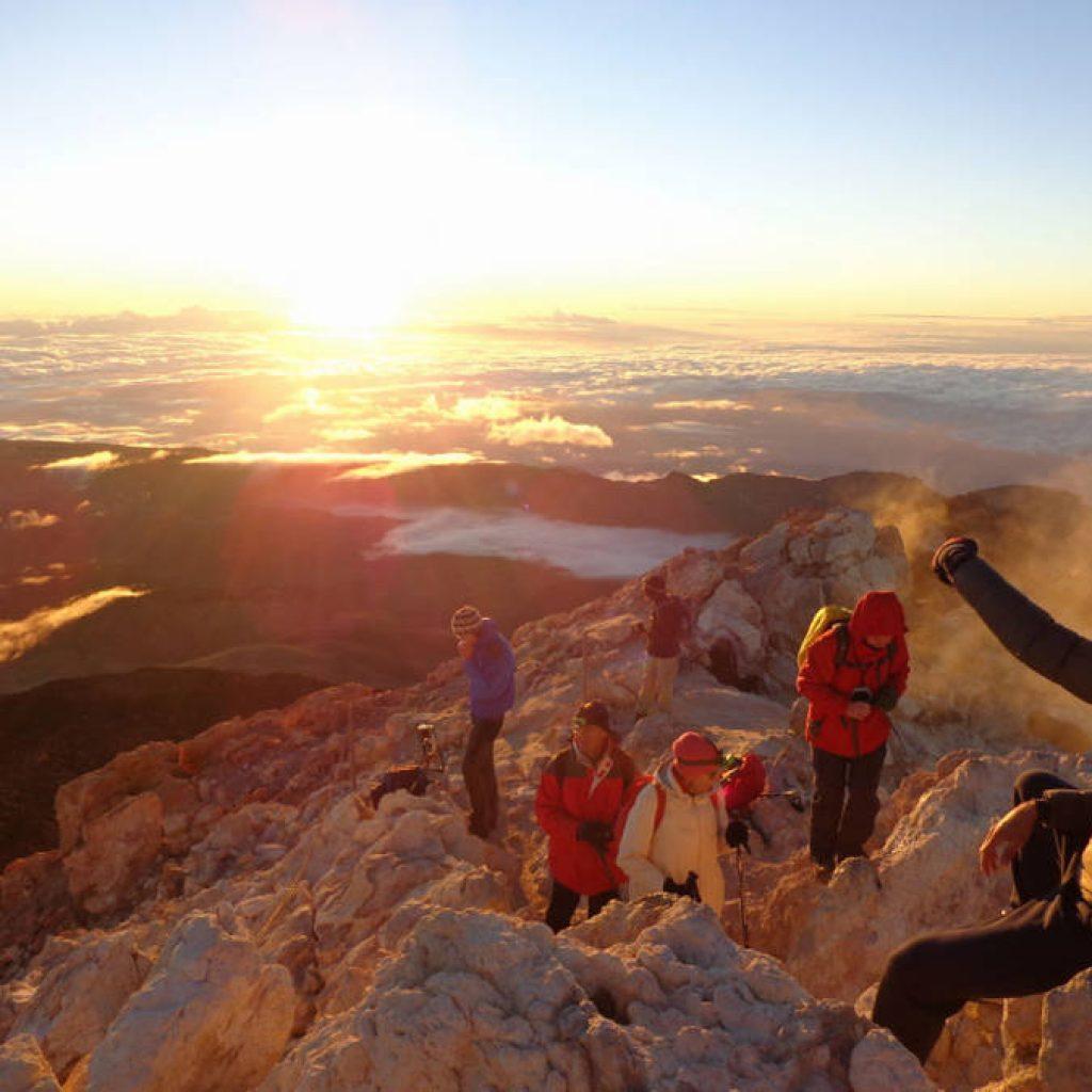 Wanderer auf dem Pico del Teide bei Sonnenaufgang