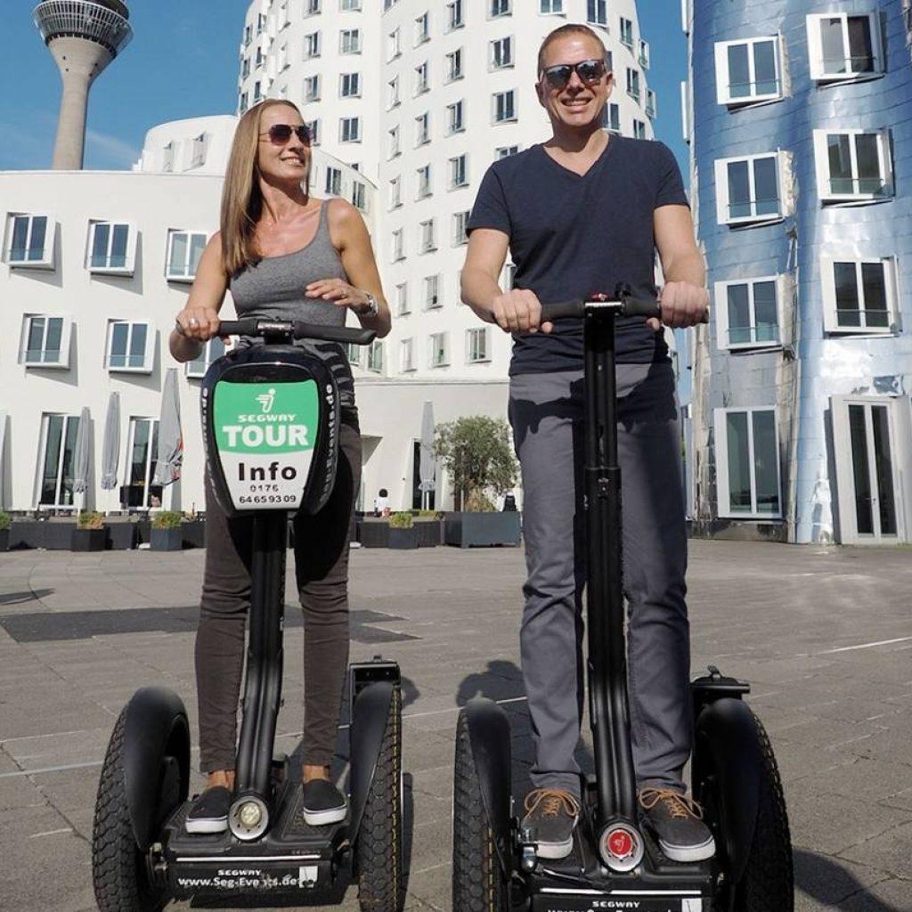 Zwei Segwayfahrer im Medienhafen Düsseldorf