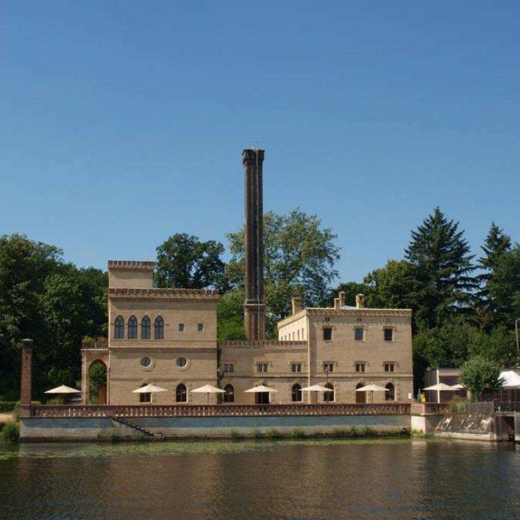 Historisches Gebäude an einem See