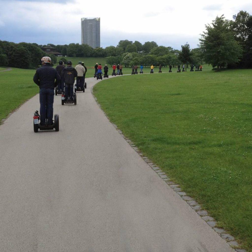 Segwayfahrer von hinten auf einem Weg in Bonn