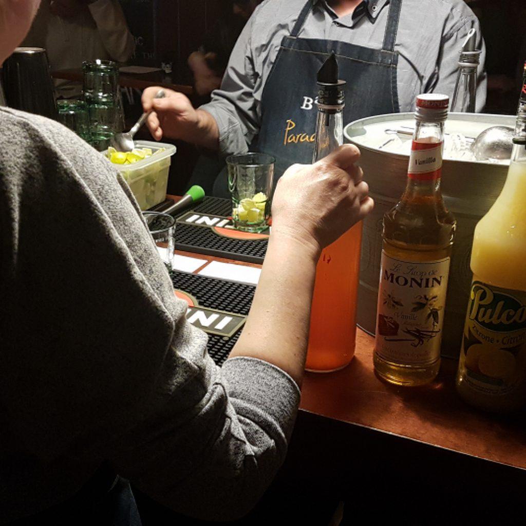 Zwei Teilnehmer eines Cocktail-Workshops