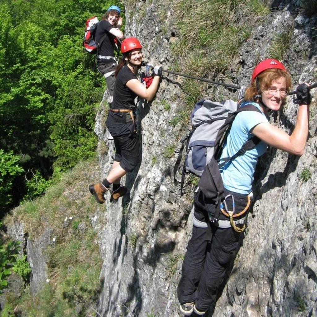 Drei Kletterer an einem Fels