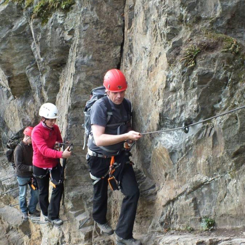 Drei Kletterer an einem Fels in Boppard