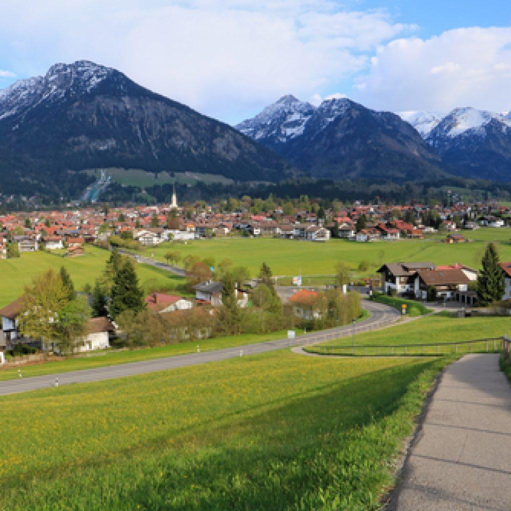 Oberstdorf im Sommer mit den Alpen im Hintergrund
