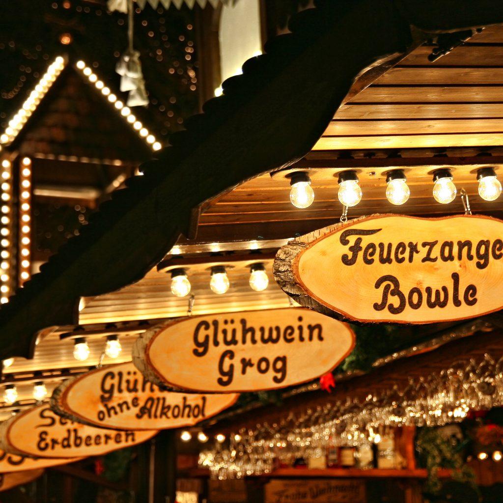 Schilder und Stände auf einem Weihnachtsmarkt