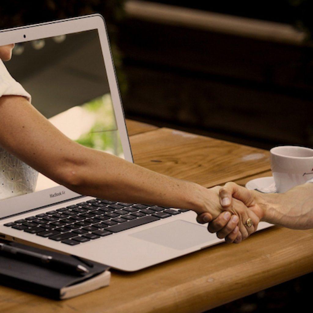 Handshake am Laptop