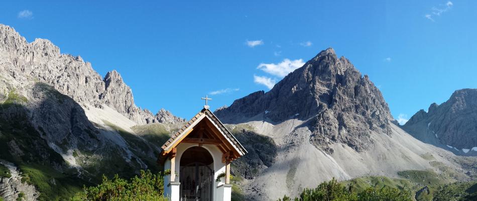 Marienhäuschen vor Berg-Panorama