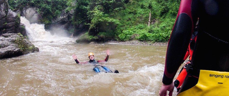 Mann im Neoprenanzug im Fluß