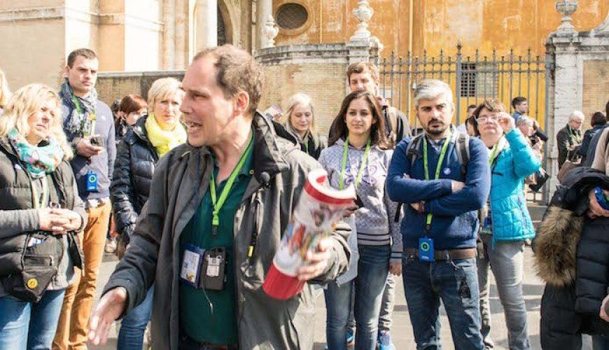 Menschen bei einer Stadtführung in Rom