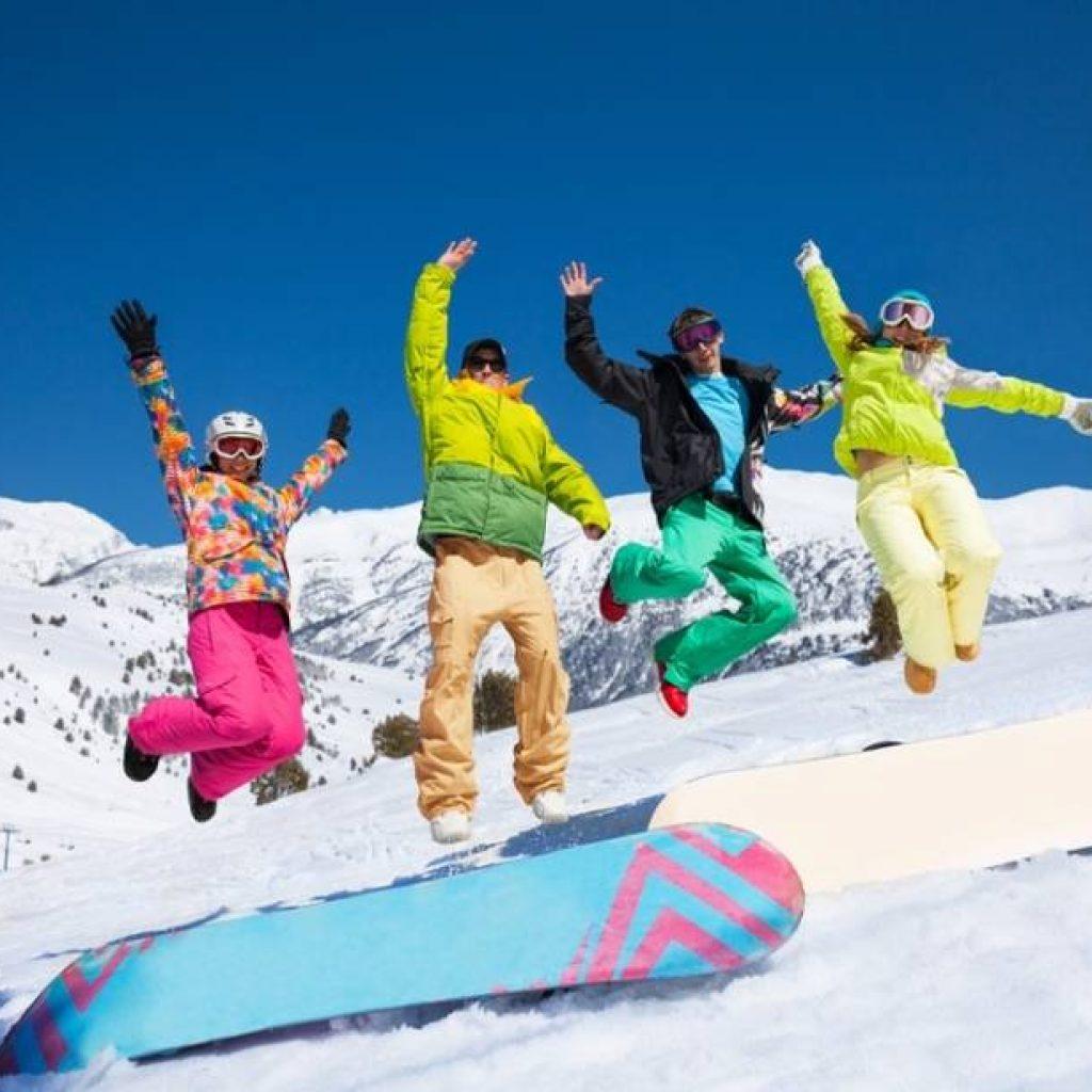Snowboarder springen in die Luft
