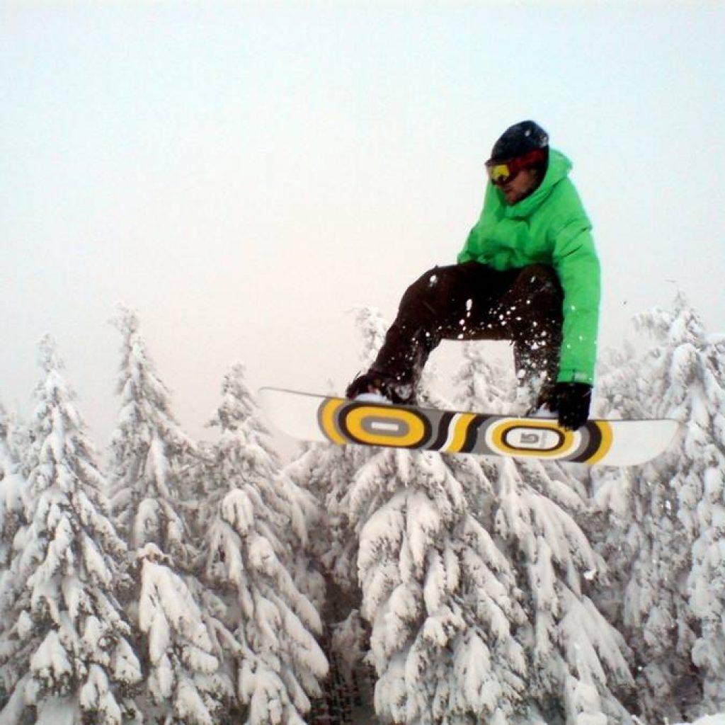 Snowboarder bei einem Flug