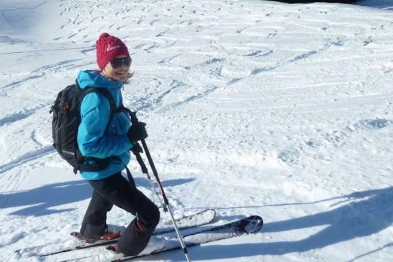 Skitourfahrerin bei einer Pause