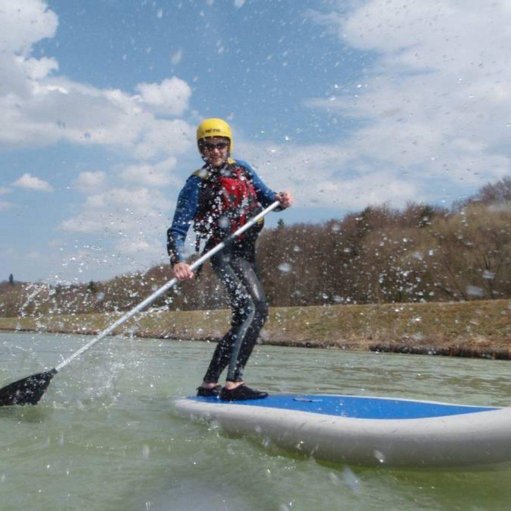Stand-up-Paddler auf der Isar