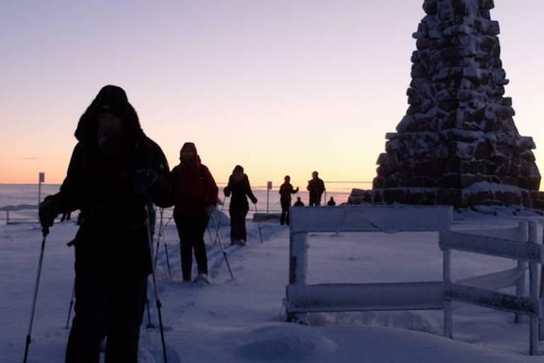 Schneeschuhwanderer auf einer Tour in der Dämmerung