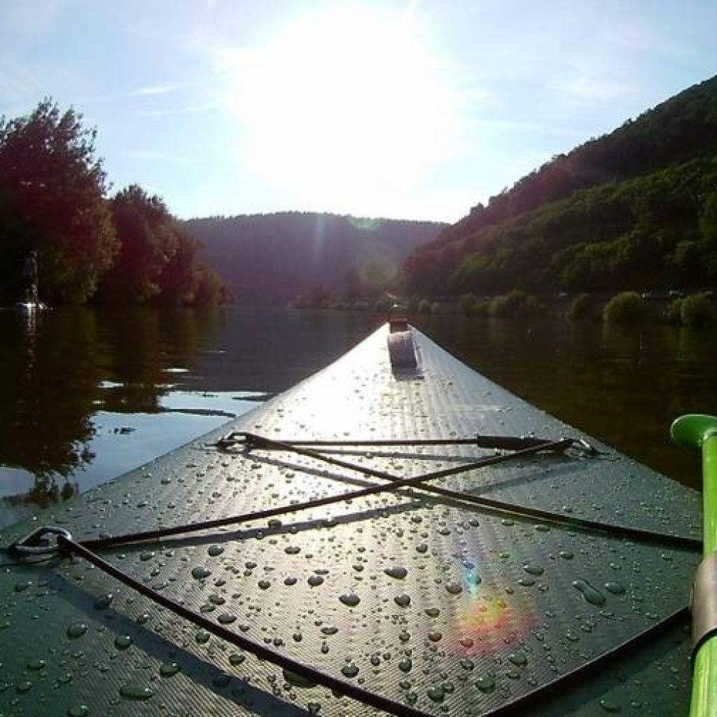 SUP Board auf einem Fluss