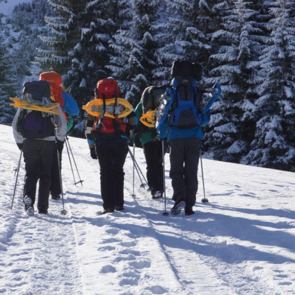 Schneeschuhwanderer mit Schneeschuhen auf dem Rücken