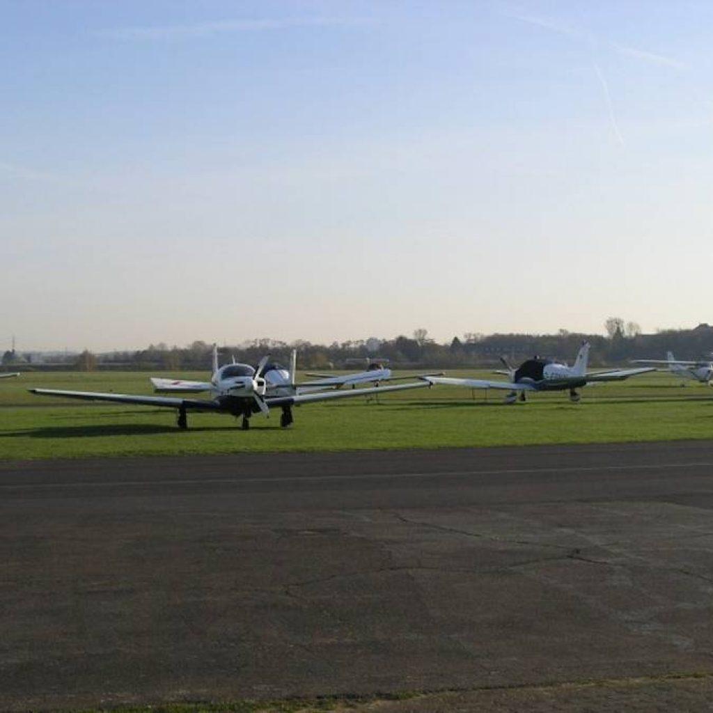 Flieger auf dem Flugfeld