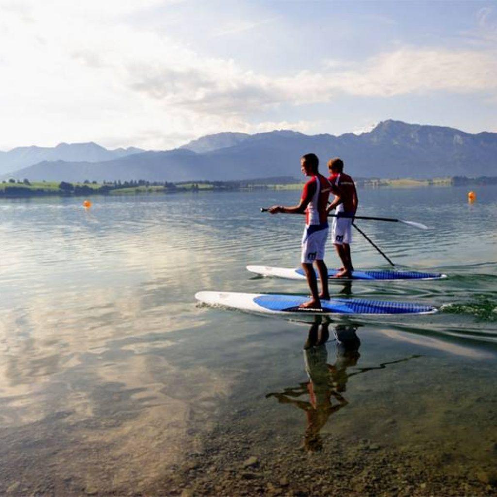 Stand-up-Paddler vor Bergkulisse