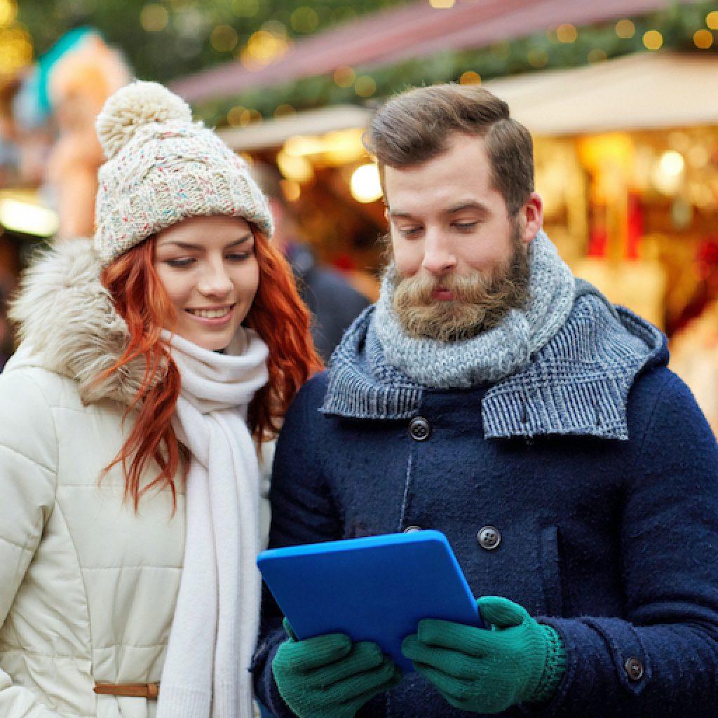 Paar auf einem Weihnachtsmarkt Wintergeocaching