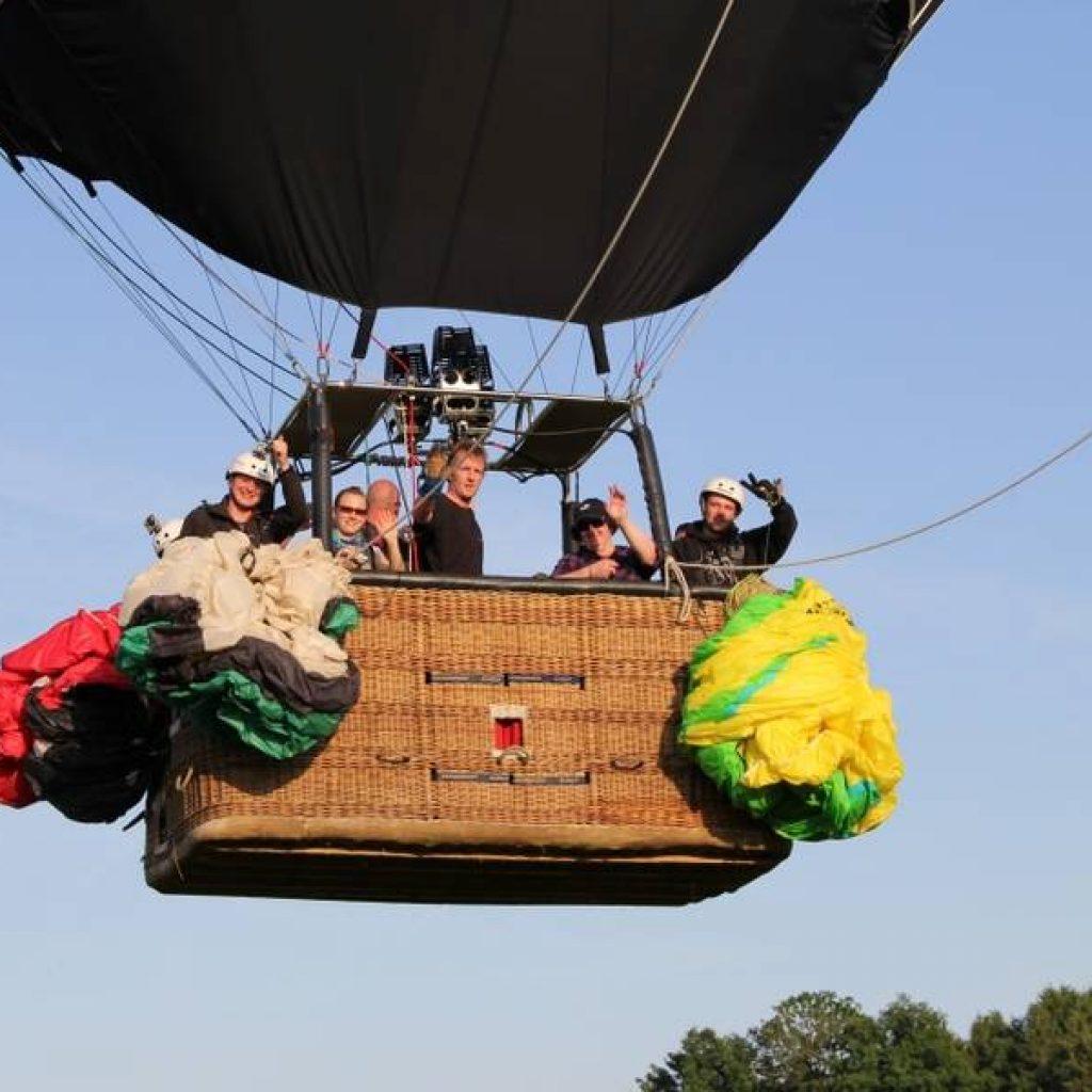 Menschen in einem Heißluftballon