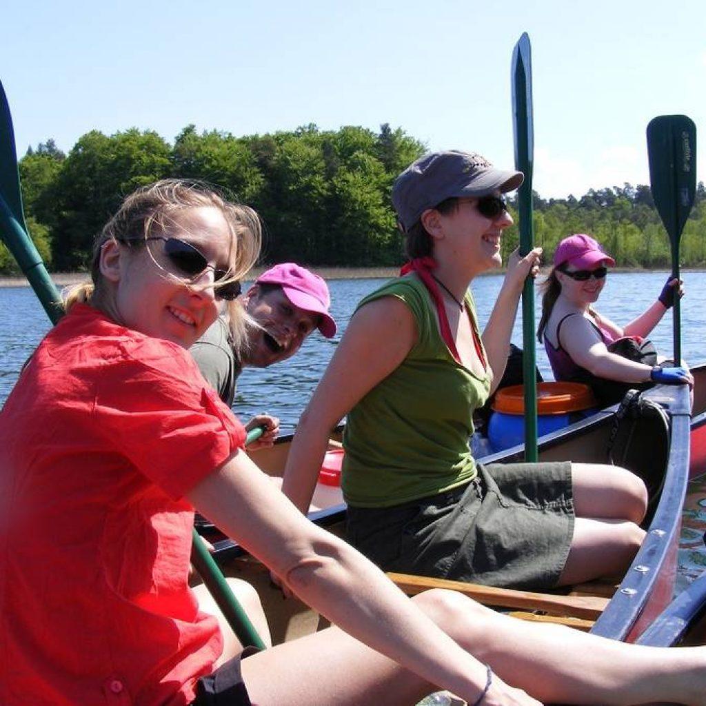 Kanufahrerinnen im Boot