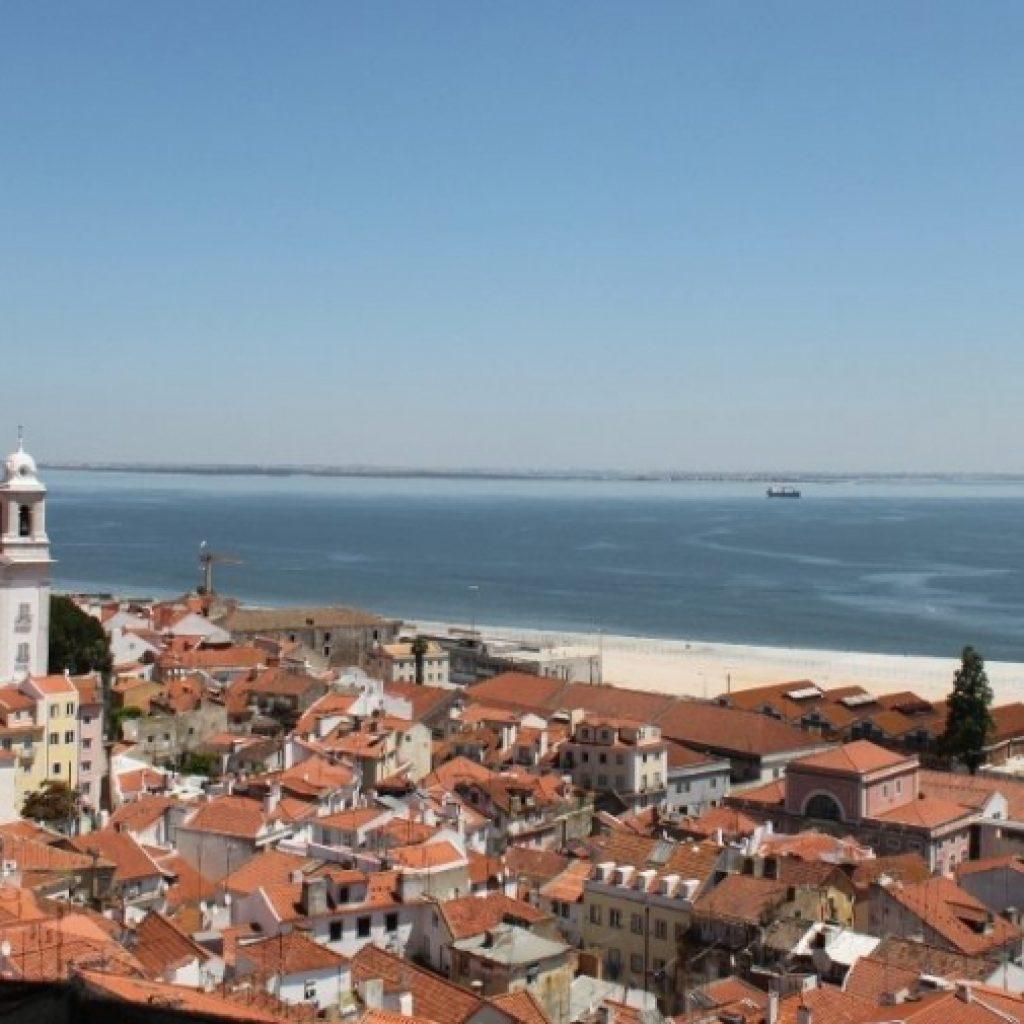 Dächer von Lissabon und Meer