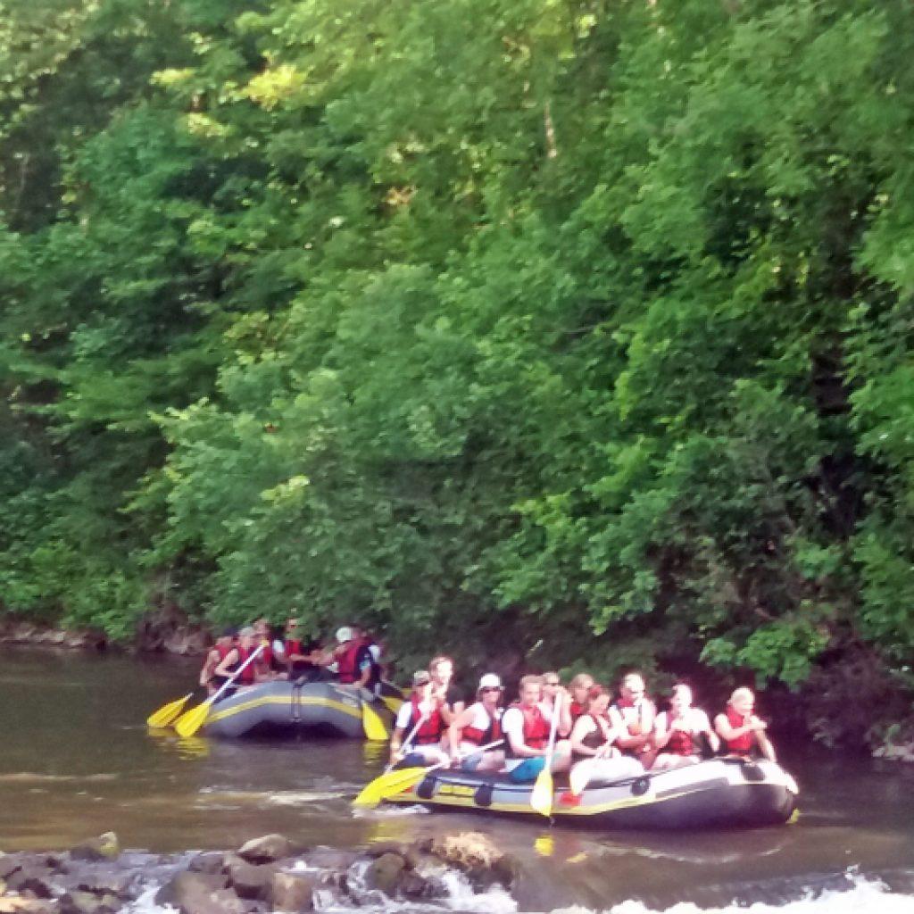 Zwei Rafts auf einem Fluss