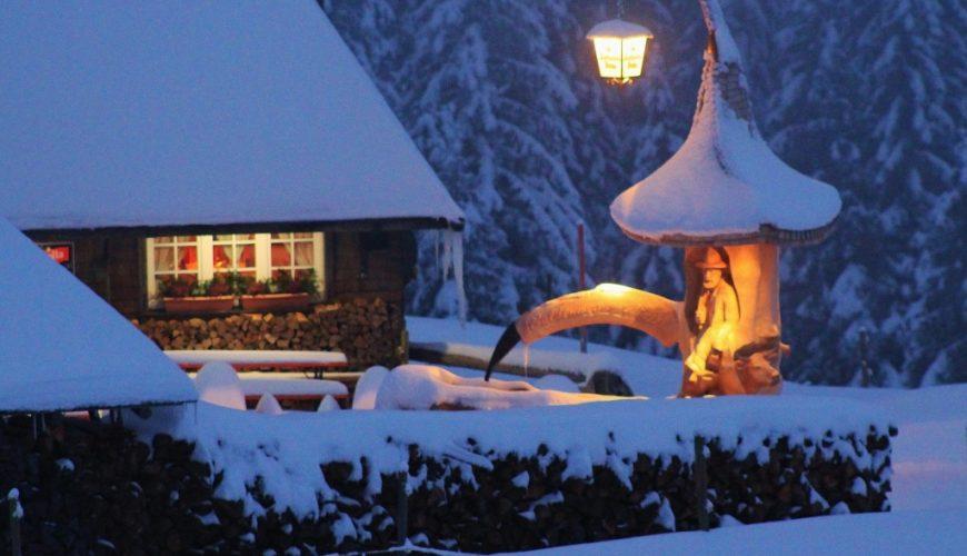 Hütte im Schnee bei Nacht